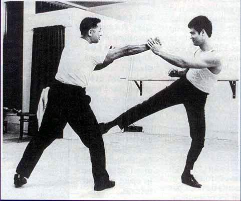 Puolimas bei ginyba vienu metu, demonstruojama Bruce Lee